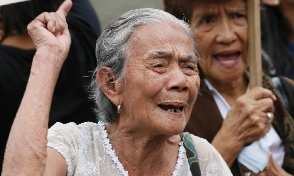 """Aging Filipino """"comfort women"""" protest Japanese PM's visit"""