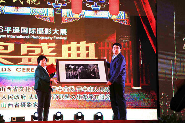 Hou Bo's masterpiece photo of Mao and the new leaders announcing the founding of the People's Republic of China is donated to the organizing committee of the 2016 Pingyao InternationalPhotography Festival (PIP) on Sept 21, 2016. Photo: pip919.com