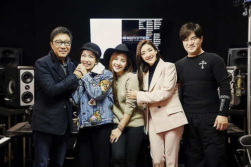 L: S.M. Entertainment chief Lee Soo-man, S.E.S. members Shu, Eugene and Bada, and songwriter Yoo Young-jin pose for a photo released by S.M. Entertainment on Nov. 23, 2016. Photo: Yonhap)
